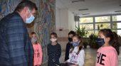 Второкласниците подариха на училището книга с рецепти на Дядо Славейков